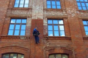удаление высолов на кирпичном фасаде