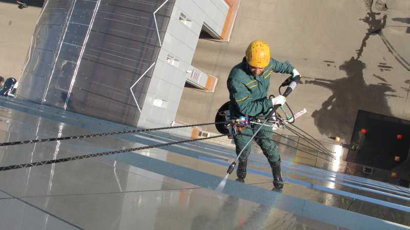 мытье фасадов альпинистами на высоте